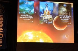 Vor dem Hintergrund des SunQuest-Systems Dies Cygni wird das Programm gezeigt