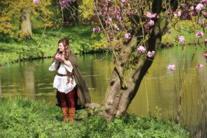 Elfe unterm Kirschbaum