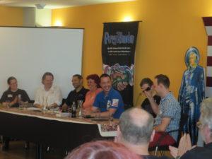 Verena Themsen, Gerry Haynaly, Moderator und Conchef Roman Schleifer, ARKON-Chef Marc A. Herren, halb verdeckt Ben Calvin Hary, Dennis Mathiak